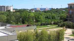 Aussicht vom Vichy Spa auf den Pétanque-Platz (links unten) und aufs Stade de la Mosson (im Hintergrund)