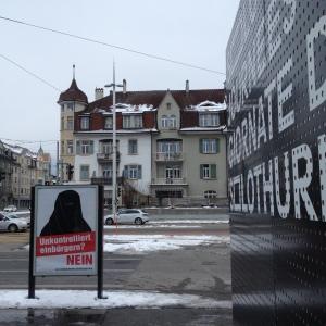 Am Hauptbahnhof Solothurn, Kampf um Aufmerksamkeit..